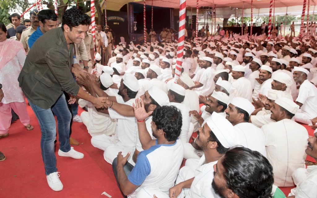Farhan Akhtar with the inmates.